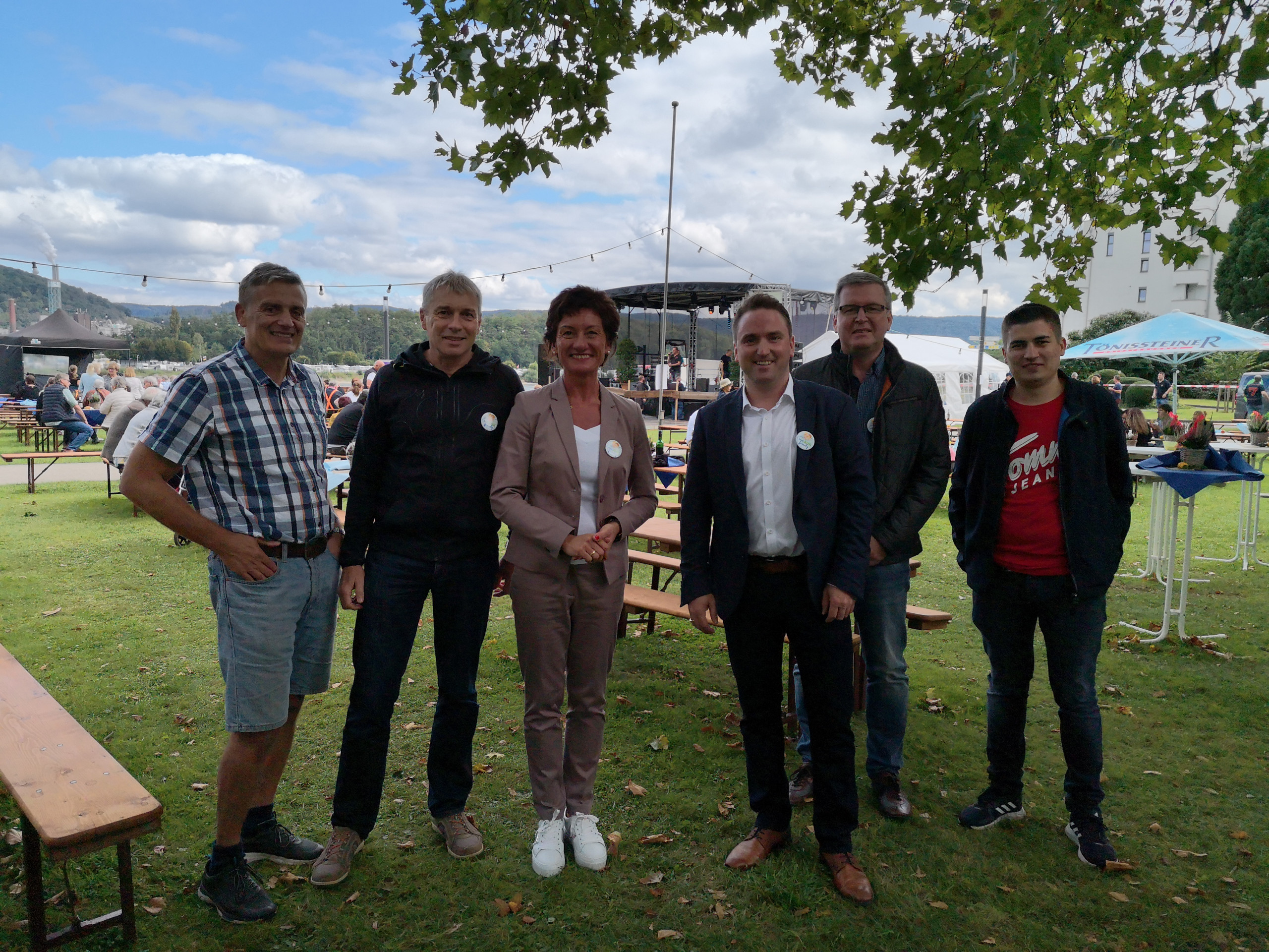 MDL Petra Schneider und Bürgermeister Marcel Caspers mit freiwilligen Helfern der Beneifzveranstaltung weAHRfamily